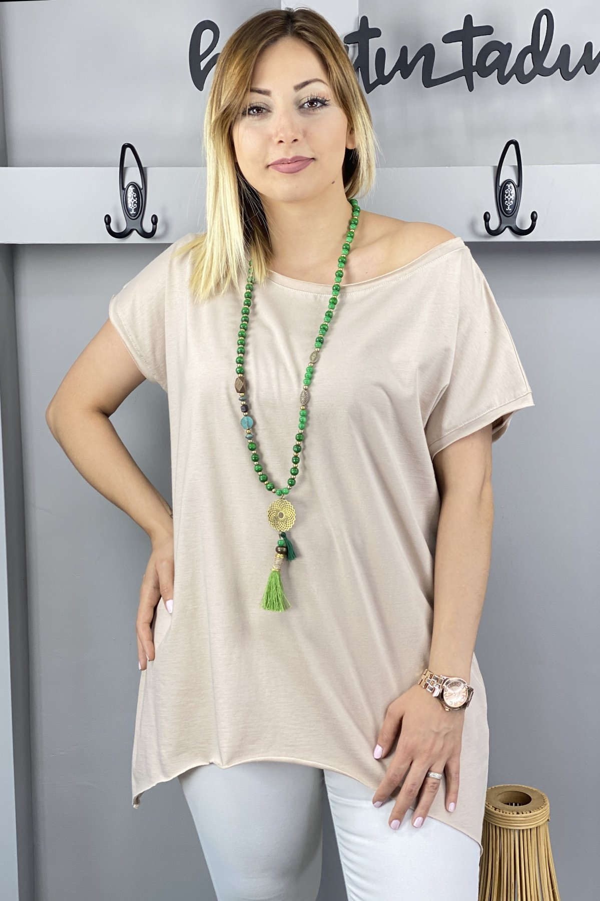 https://resim.chicbag.com.tr/p000497/bej/yakasi-ve-etegi-kesik-etek-ucu-asimetrik-t-shirt-01bb3358c89d.jpg