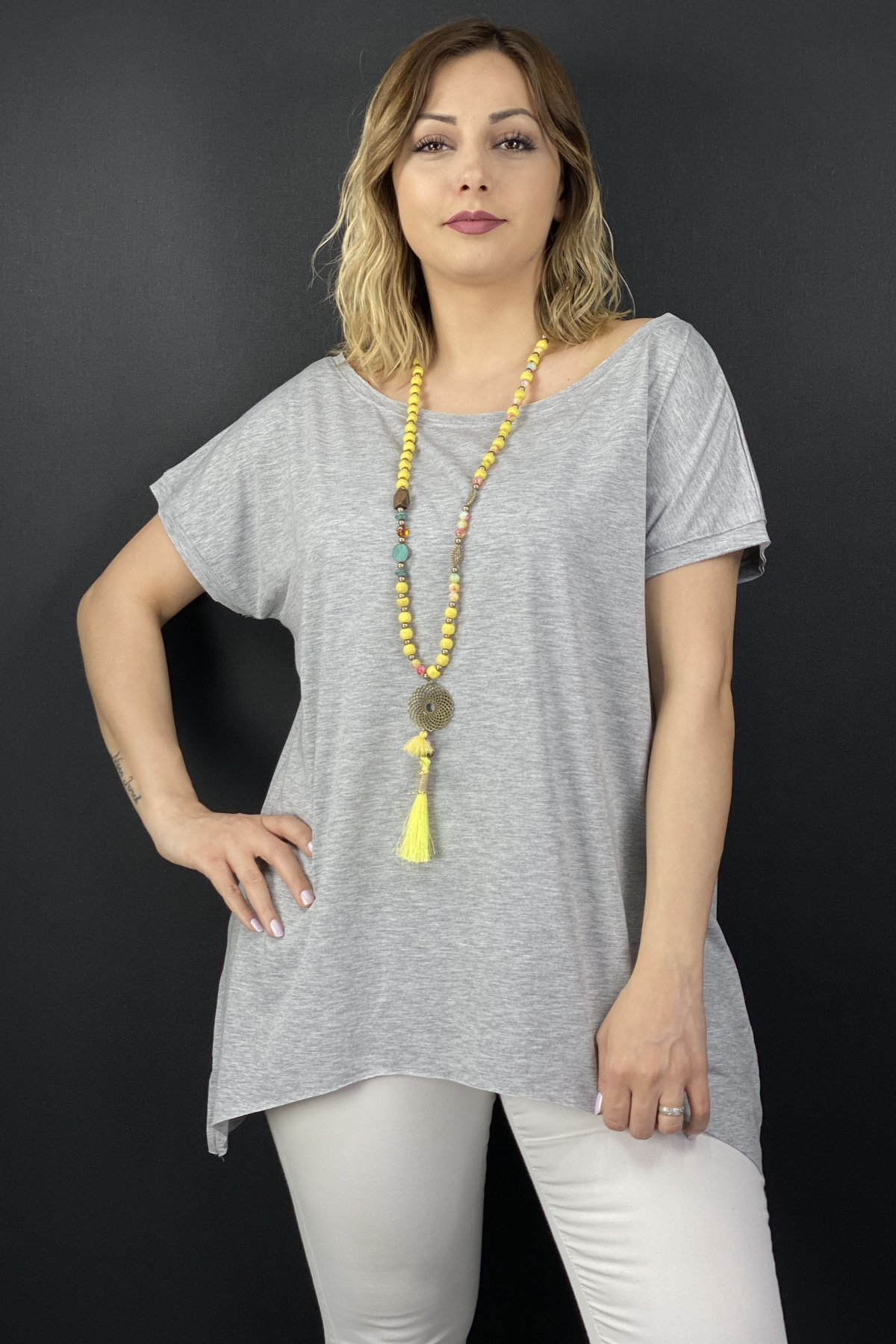 https://resim.chicbag.com.tr/p000497/gri/yakasi-ve-etegi-kesik-etek-ucu-asimetrik-t-shirt-0151342fdce8.jpg