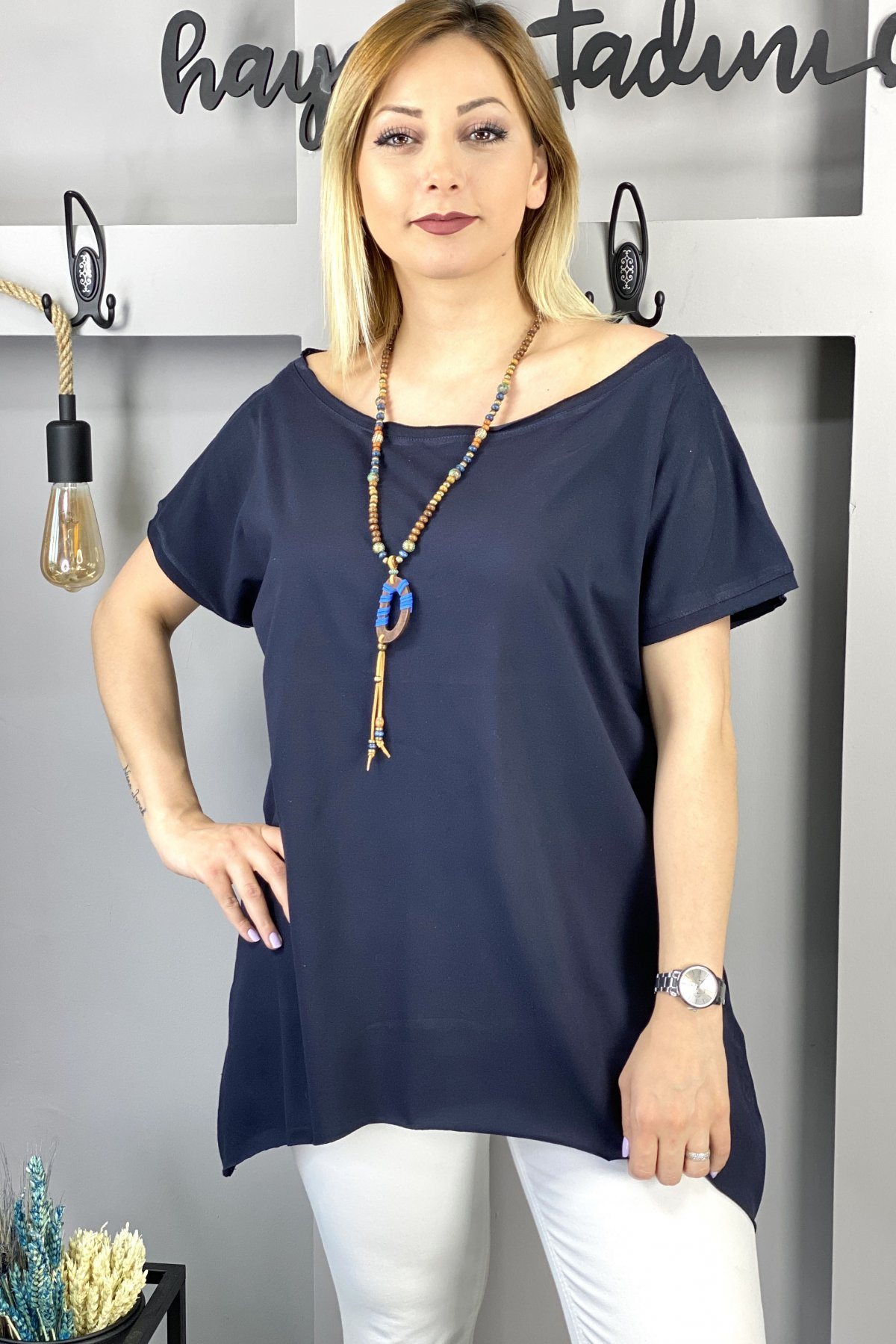 https://resim.chicbag.com.tr/p000497/lcv/yakasi-ve-etegi-kesik-etek-ucu-asimetrik-t-shirt-01b40040908b.jpg