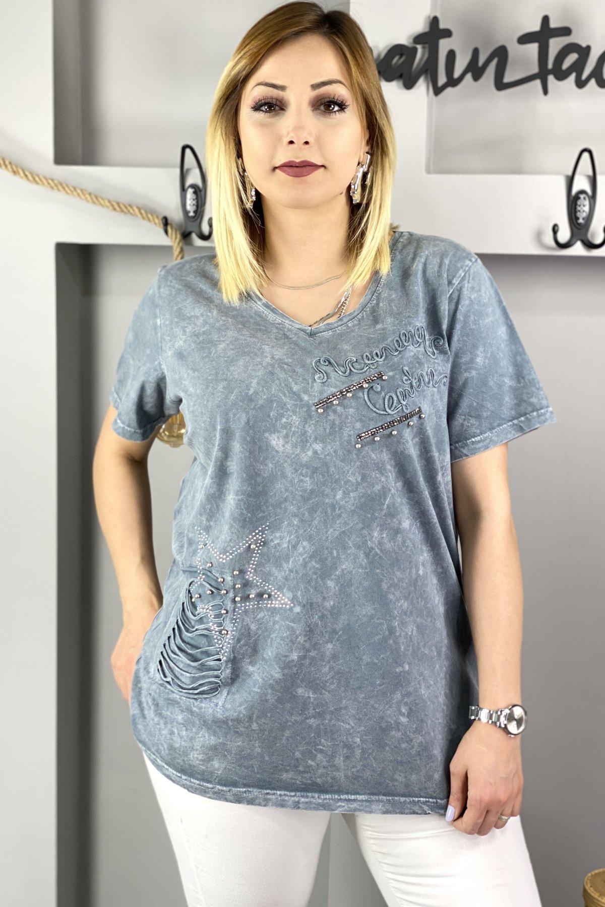 https://resim.chicbag.com.tr/p000669/gri/sol-gogus-ustu-yazili-sag-tarafi-kesik-ustune-yildiz-detayli-v-yaka-kisa-kollu-t-shirt-01254e7e7a0b.jpg
