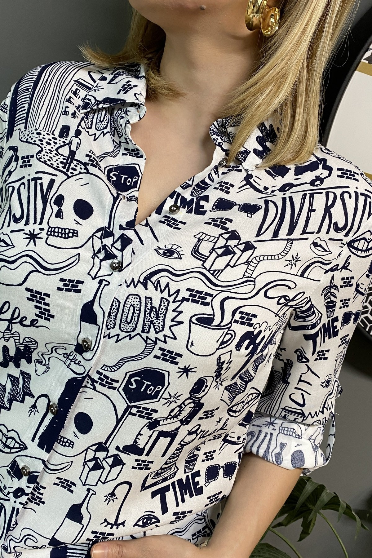 Karışık Yazı Ve Resim Baskılı Gömlek
