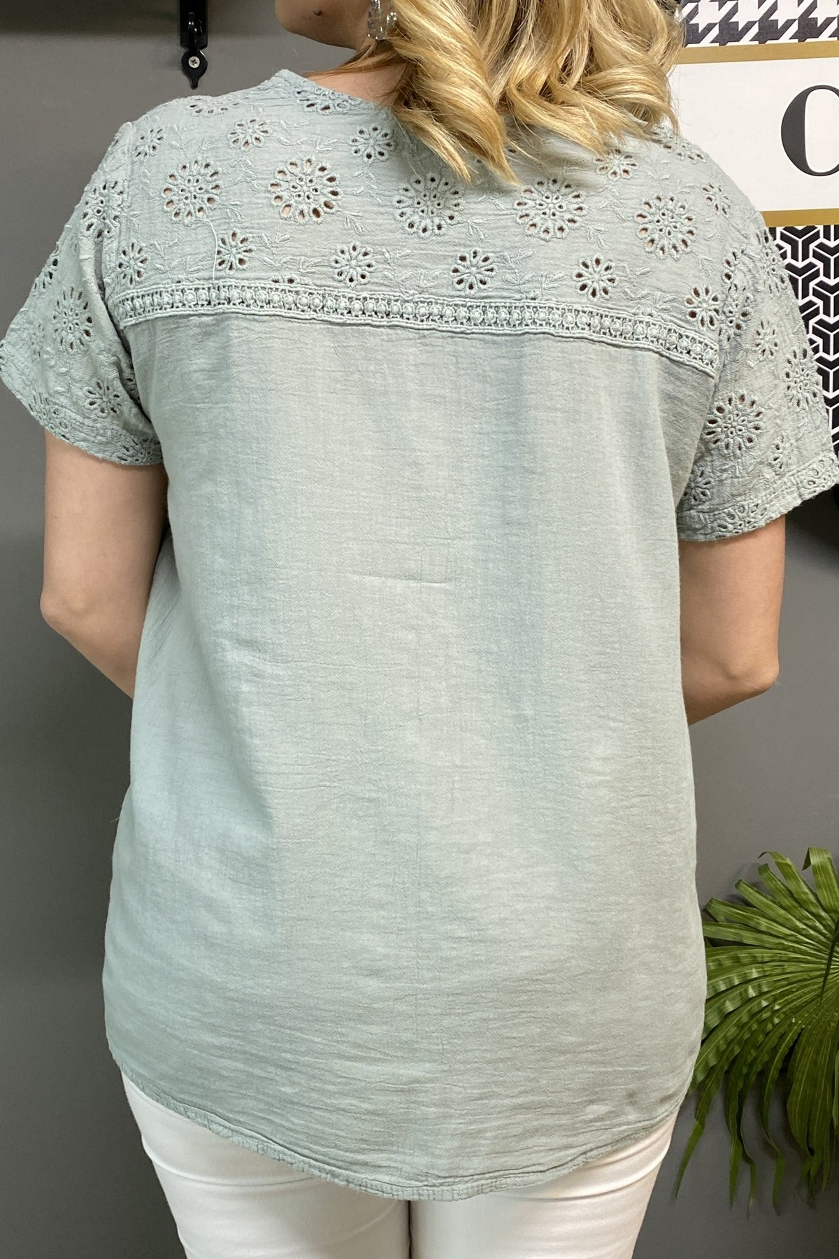 Kısa Kollu Göğüs Üstü Ve Kolları İşlemeli Gömlek