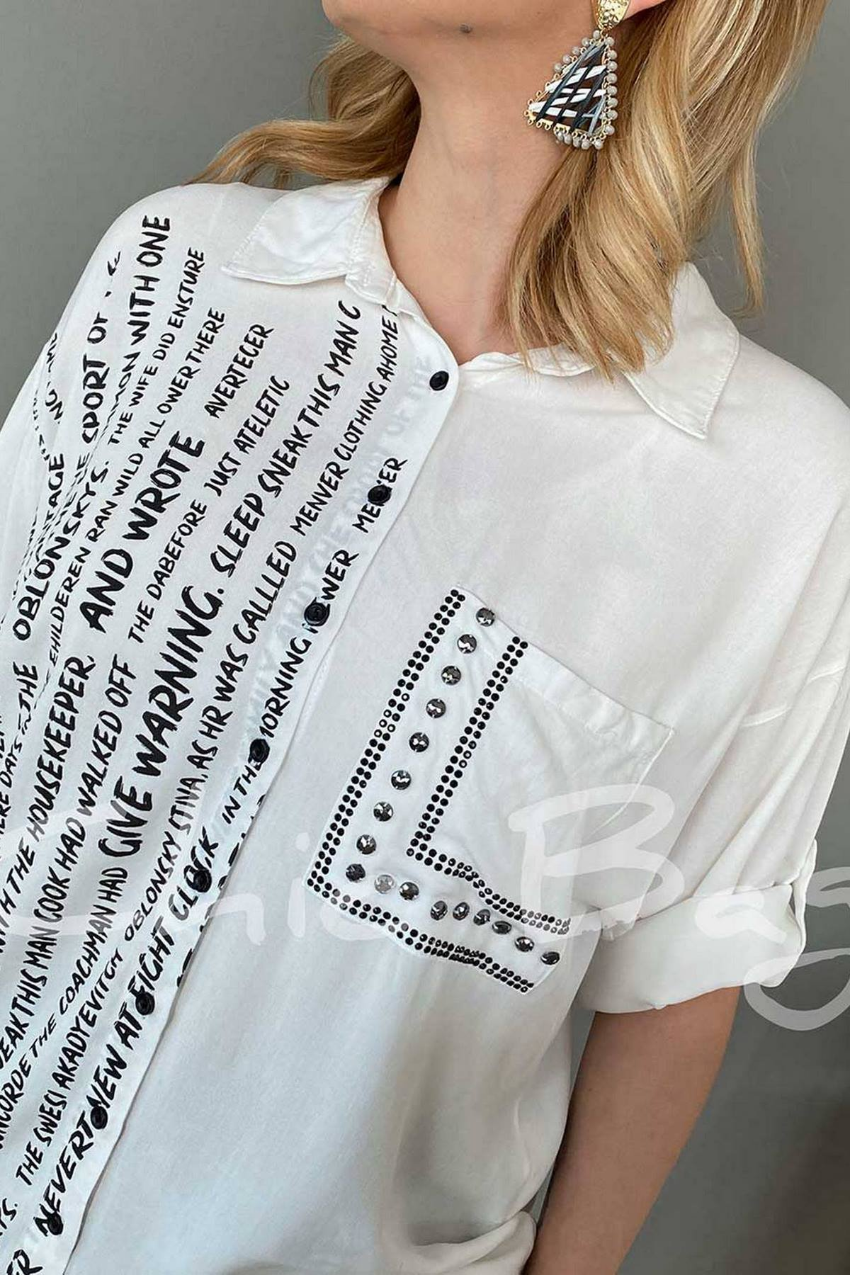 Yazı Detaylı Cep Üstü Taşlı Gömlek