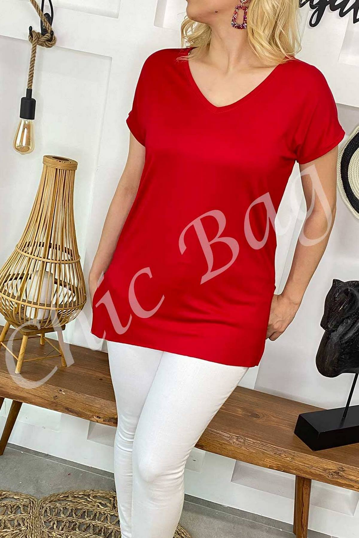 https://resim.chicbag.com.tr/p000879/krz/v-yaka-etegi-kesik-ve-yirtmacli-t-shirt-thscrt-01e46e348f0b.